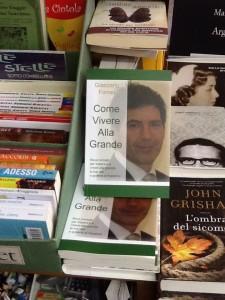 Il libro in primo piano all'interno della Libreria Pianeta Fantasia