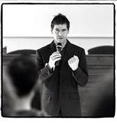 Stringi i pugni e vai avanti... sembra dire Giancarlo Fornei durante il suo seminario motivazionale tenuto a marzo 2015 - Brescia - Villa Fenaroli