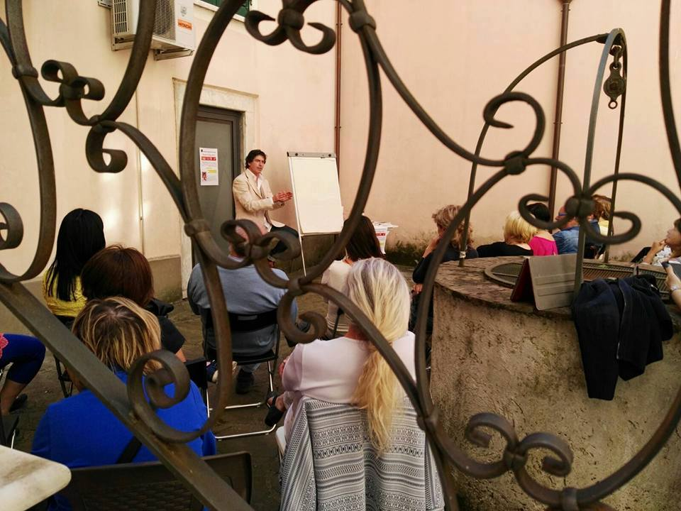 Giancarlo Fornei mentre parla al pubblico presente nel coartile del Mondadori Bookstore di Sarzana (21 maggio 2016)