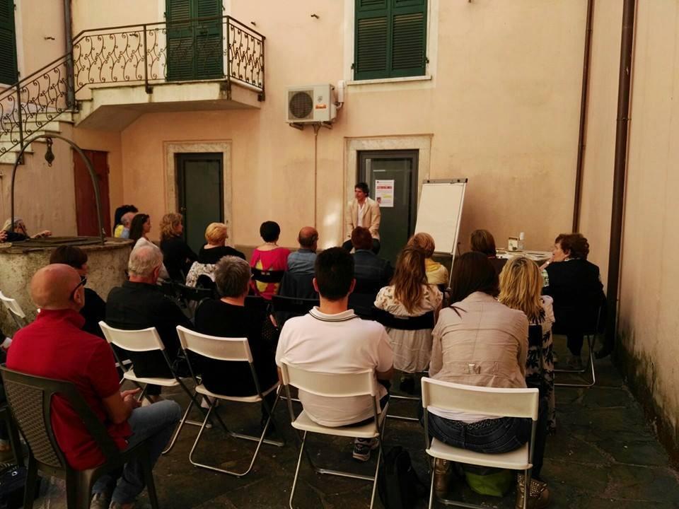 Una foto tratta dalla conferenza del coach motivazionale Giancarlo Fornei tenuta a Sarzana il 21 maggio 2016