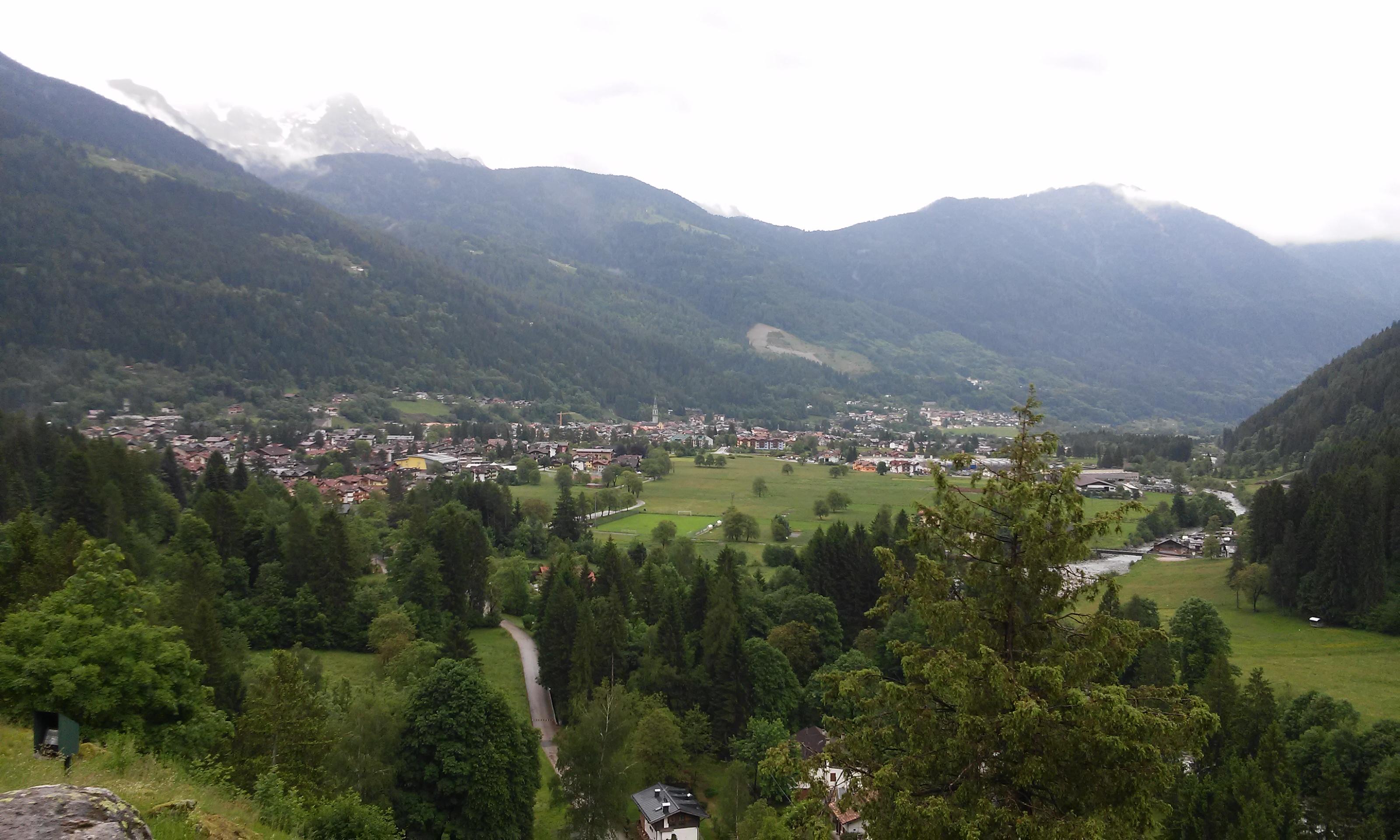 Vista della splendida vallata dove sorge Carisolo (Val Rendena - Trentino), foto scattata dal coach motivazionale Giancarlo Fornei martedì 31 maggio 2016