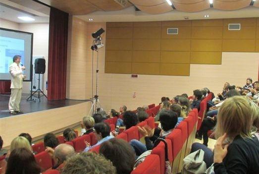 Il coach motivazionale Giancarlo Fornei sul palco del Teatro Comunale di Carisolo in Trentino, davanti ad una sala affollatissima di persone accorse ad ascoltare la sua conferenza sull'autostima (31 maggio 2016)...