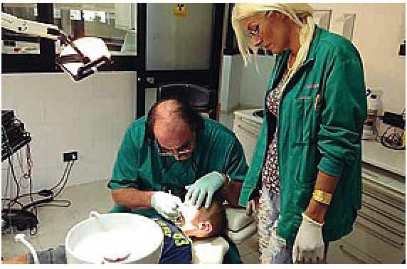 Giovanni Valenti al lavoro su di un piccolo paziente...