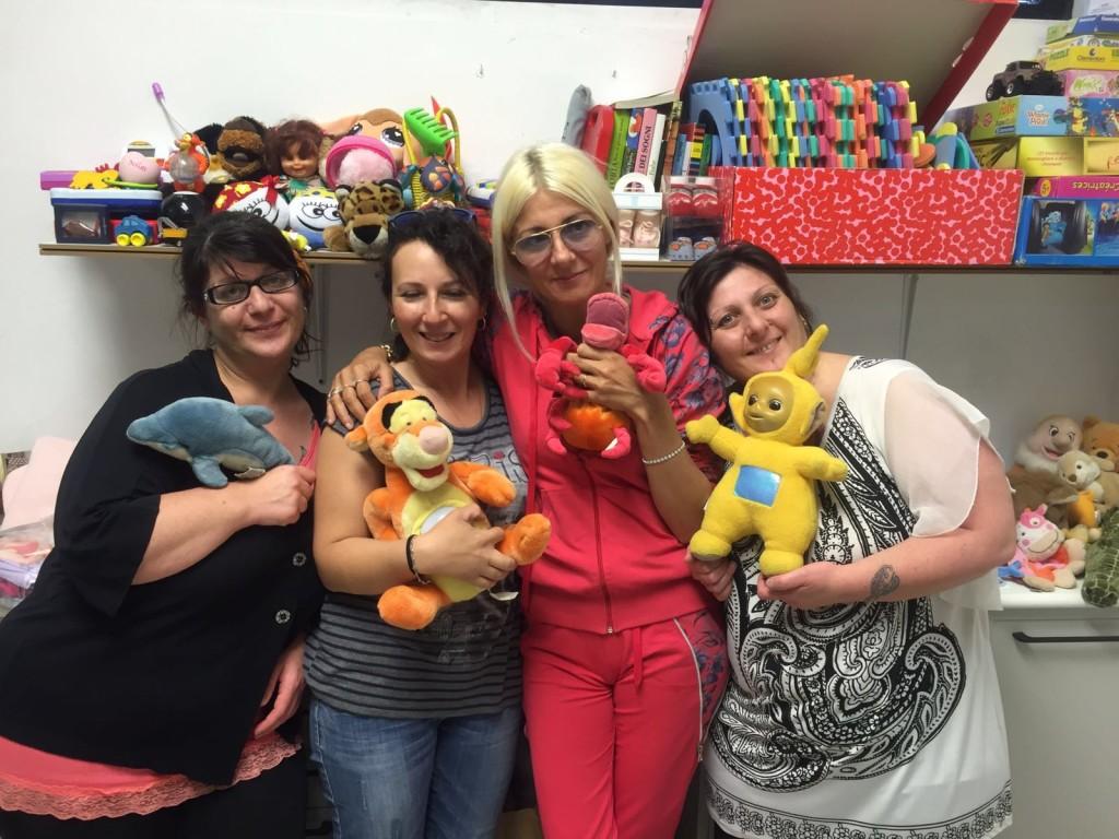 Letizia Zigoli (la Signora bionda), con alcune mamme che si occupano della raccolta dei giocattoi pe ri bambini